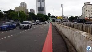 Reservar uma área para proteger a vida de quem circula em bicicleta parece ser uma ofensa mortal em São Paulo. Mesmo sem impactar no deslocamento dos carros. Foto: Willian Cruz