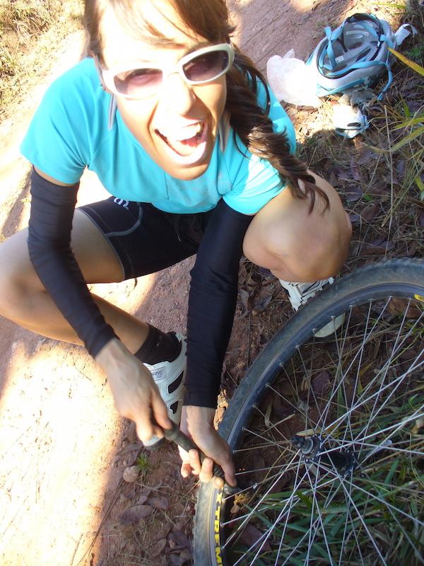 Federica durante o reparo do pneu furado no Caminho dos Anjos (MG), 2013, junto à amiga Gisele Valle. Foto: Gisele Valle