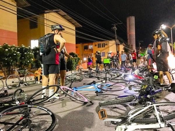 Bicicletas ao chão simbolizando os atropelados, durante manifestação. Foto: Nadia Aguiar