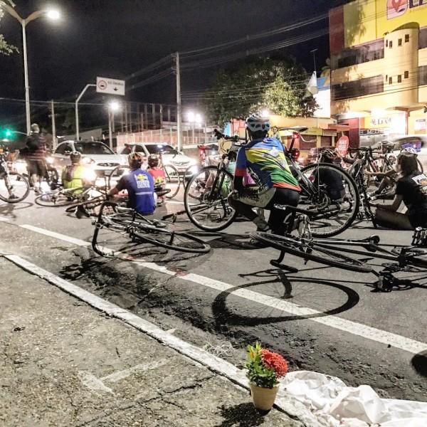 """Deitando-se no chão, manifestantes fazem um """"die-in"""": ato que simboliza os mortos no trânsito. Foto: Nadia Aguiar"""