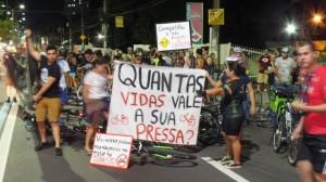 Manifestacao de ciclistas em Manaus após atropelamento de Leonardo Tavares. Foto: Nadia Aguiar