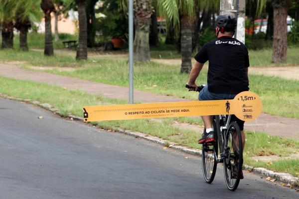 """Ação do Detran e GT ciclistas utilizou o """"respeitômetro"""" para mostrar a distância segura de ultrapassagem. (foto: Divulgação Detran/RS)"""
