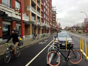 Preocupação real com a mobilidade, sem medo de retirar espaço do automóvel: bike corral ao lado de ciclofaixa em Vancouver (Canadá). Foto: Paul Krueger (cc)