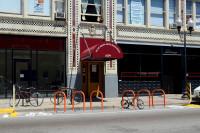 Bike corral em frente a edificio comercial em Chicago (EUA). Foto: Kevin Zolkiewicz (cc)