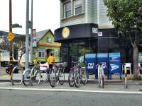 Bike Corral em frente a um cafe em San Francisco (EUA). Foto: San Francisco Bicycle Coalition (cc)