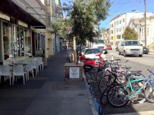 Bike corral em frente a um restaurante em San Francisco (EUA). Foto: Paul Krueger (cc)