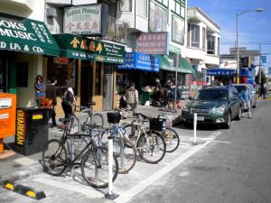 """O conjunto de suportes ocupando uma vaga de automóvel é conhecido em outros países como bike corral (""""curral de bicicletas""""). Na foto, uma dessas áreas em quadra comercial de San Francisco (EUA). Foto: San Francisco Bicycle Coalition (cc)"""