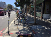 Bike corral junto a um parklet em área comercial de San Francisco (EUA). Foto: Paul Krueger (cc)