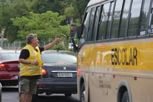 José Martinez, da Mobicidade, participou da ação e deu esclarecimentos aos motoristas que passavam pelo cruzamento. (Foto: Divulgação Detran/RS)