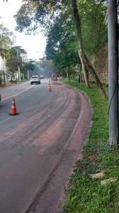 Foto disponível no sistema da operação tapa-buraco mostra asfalto em processo de fresagem. A máquina que realizou o trabalho pode ser vista ao fundo.