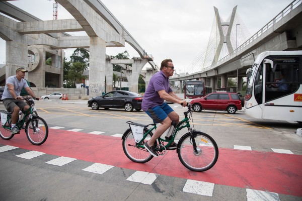 Arnold Schwarzenegger esteve em São Paulopela primeira vez e decidiu conhecer a cidade de bicicleta, utilizando as ciclovias da região onde esteve hospedado. Foto: Rodrigo Dod/Savaget