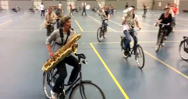 Ensaio da Bicycle Showband Crescendo. Imagem: RTV Noord/Reprodução