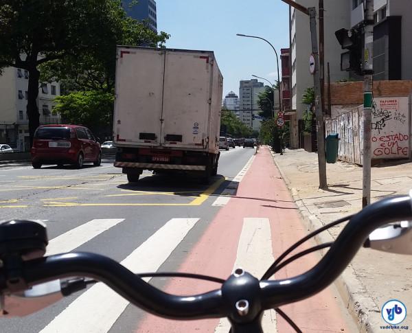 Sem a ciclovia, o caminhão que passou ao meu lado estaria exatamente atrás de mim. Com pressa, numa descida, sem paciência para esperar a velocidade do ciclista. Foto: Willian Cruz