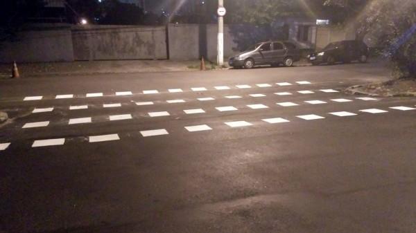 Na Avenida Torres de Oliveira, sinalização de solo já começa a ser refeita. Previsão da CET é de 15 dias. Foto: Daniel Poeta Pereira