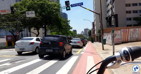 Ciclovia da Consolação: fazendo motoristas passarem ao lado dos ciclistas, em vez de buzinar e acelerar atrás deles. Foto: Willian Cruz