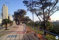 Um devido espaço para abrigar com segurança os pedestres e ciclistas na orla do Banhado, centro - cartão postal de São José dos Campos. Uma antiga reivindicação, que somente em 2016 foi atendida. Foto: Federica Fochesato