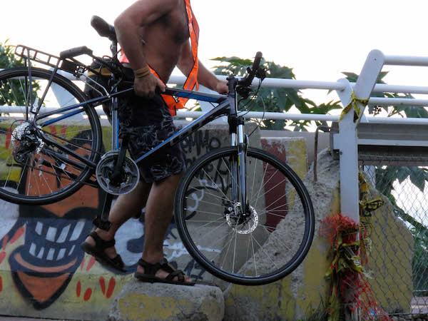 Pedestres e ciclistas são prejudicados pela interdição. Foto: Fábio Nazareth