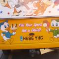 Mate sua velocidade, não uma criança: mensagem estampa traseira de carro de vendedor de sorvete na capital inglesa. Foto: Sabrina Duran