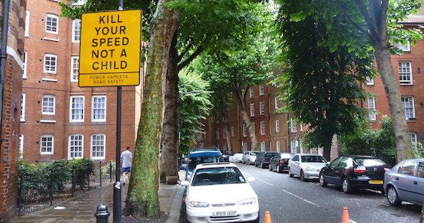 """Placa em rua de Londres diz: """"mate sua velocidade, não uma criança"""". Foto: Sabrina Duran"""