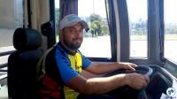 Ciclistas foram convidados a conhecer o ônibus por dentro, sentando na cadeira do motorista. Foto: Willian Cruz