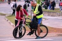 Ação de distribuição de coletes e luzes para ciclistas - Foto 99/Divulgação