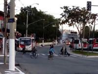 """Bastante gente circula de bicicleta pela região - são """"os invisíveis da periferia"""". Foto: Ulisses Marcelus"""