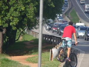 Na marginal Dutra, a contramão é muitas vezes o caminho menos inseguro. Foto: Coletivo de Ciclistas de São José dos Campos