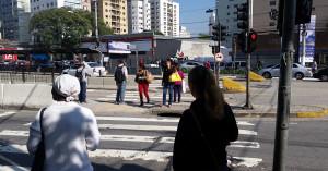 """Travessia de pedestres na Avenida Santo Amaro: """"corra que o automóvel vem aí"""". Foto: Willian Cruz"""