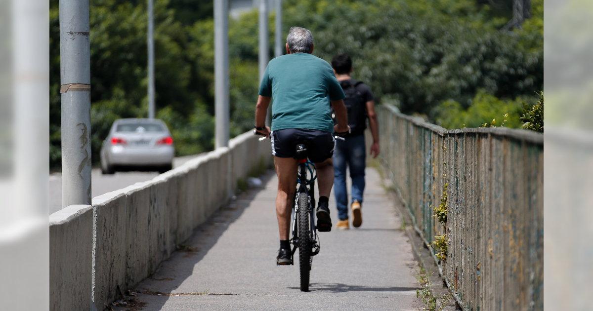 1c27d0c1add25 Ciclista na calçada da Ponte Cidade Universitária, em São Paulo. É a única  forma de acessar a Ciclovia Rio Pinheiros, que passa embaixo do viaduto.